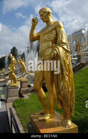 Statues en or à la grande cascade en face du Palais, Peterhof, Petrodvorez, Saint Petersburg, Russie, Europe