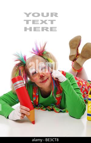 Clown avec crayon de couleur et blanc couché contre Banque D'Images