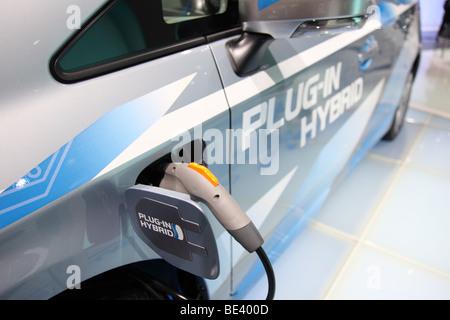 63ème International Motor Show (IAA): adaptateur électrique d'une voiture hybride Toyota avec lecteur