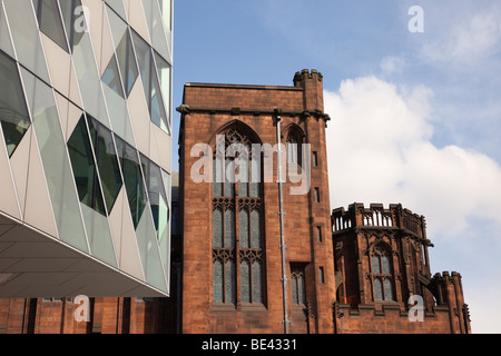 Bâtiment moderne en verre par John Ryland's Library dans immeuble ancien à proximité du centre-ville. Deansgate, Banque D'Images