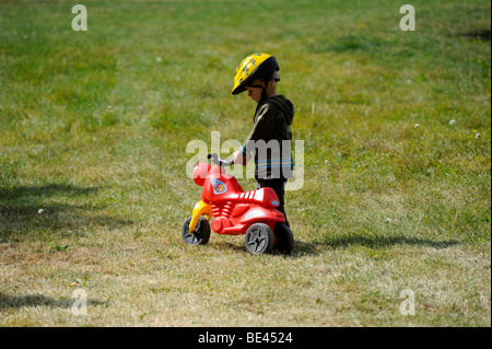 Garçon enfant randonnée à vélo à travers une forêt en vélo avec casque de vélo Banque D'Images