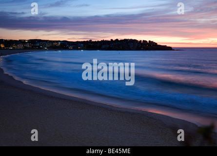 Afficher le long de la plage de Bondi, à l'aube. Sydney, New South Wales, Australia Banque D'Images