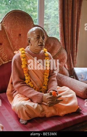 Statue de sa Divine Grâce A.C. Bhaktivedanta Swami Prabhupada, fondateur de la circulation d'ISKCON avec guirlande de fleurs