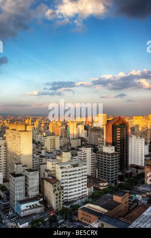 Crépuscule dans la ville de Sao Paulo Brésil