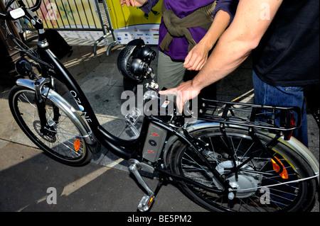 """Paris, France, shopping, les visiteurs montrent Transport altératifs, 'Fete des transports"""", Femme à vélo électrique Banque D'Images"""