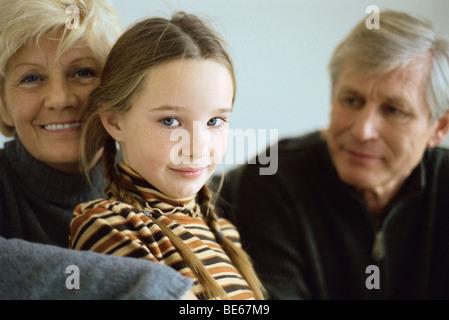 Jeune fille avec des grands-parents, portrait