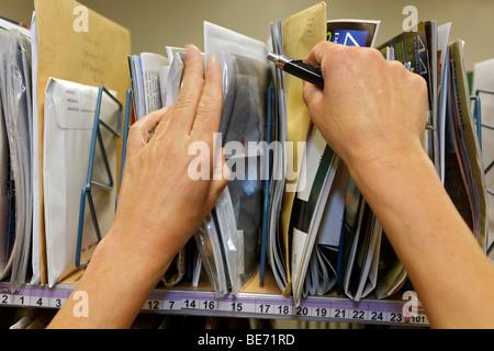 Mail carrier Annerose Schulze trie son courrier dans le centre de tri postal de la Deutsche Post AG German Mail Banque D'Images