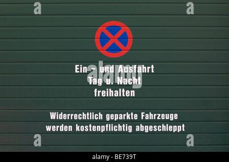 Porte avec aucun signe de stationnement et le texte, en allemand, pour, d'entrée et de sortie, gardez gratuitement Banque D'Images