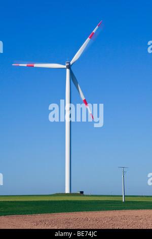 Dans l'éolienne avant du mât d'une ligne de transmission Banque D'Images