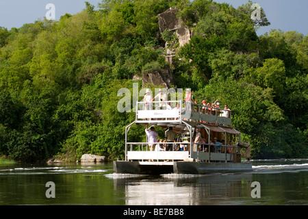 Un bateau de tourisme sur le Nil Victoria à Murchison Falls National Park dans l'Ouganda. Banque D'Images