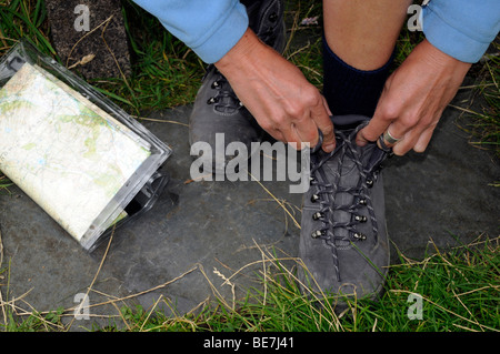 Close up of woman monopoliser la randonnée lacets avant une randonnée dans la région du Lake District, Cumbria. United Kingdom.
