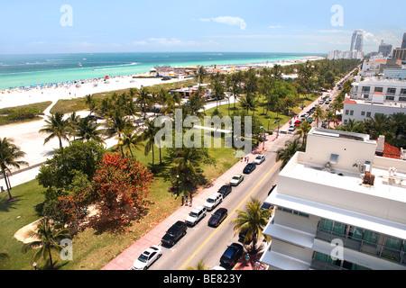 À la vue de Lummus Park et de la plage, l'Ocean Drive, à South Beach, Miami Beach, Florida, USA Banque D'Images