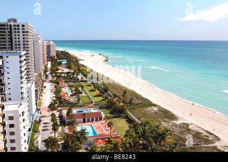 Les immeubles de grande hauteur et la plage au soleil, South Beach, Miami Beach, Florida, USA Banque D'Images