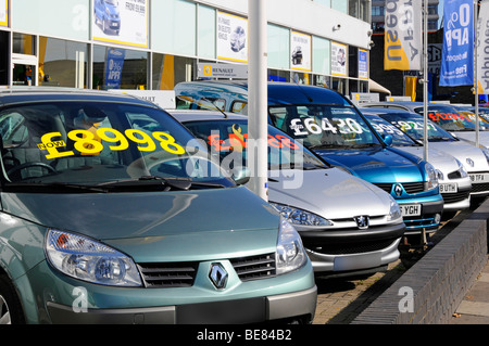 Renault est de Londres votre avant-cour affichage des voitures avec de grandes étiquettes de prix Banque D'Images