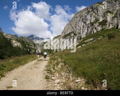 Homme et enfant randonnée dans les Alpes italiennes Banque D'Images