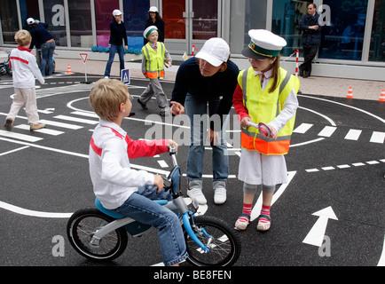 Les enfants qui apprennent les règles de circulation au 63ème Salon International de l'automobile IAA Frankfurt/Allemagne