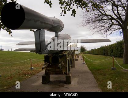 La Seconde Guerre Mondiale allemand Doodlebug bombe volante V1 et la rampe de mise à l'Imperial War Museum Duxford Banque D'Images