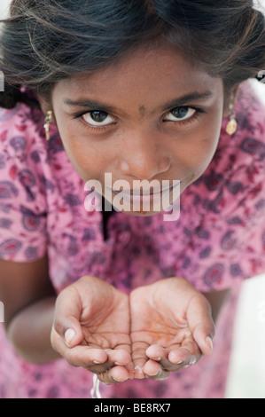 Indian girl with creux des mains de l'eau potable Banque D'Images