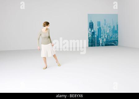 Femme portant un masque de la pollution, cityscape in background Banque D'Images