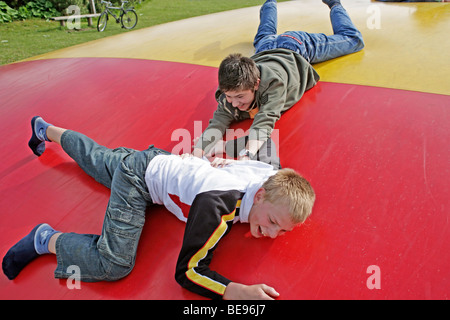Deux enfants jouant sur un château gonflable ensemble, Danemark Banque D'Images