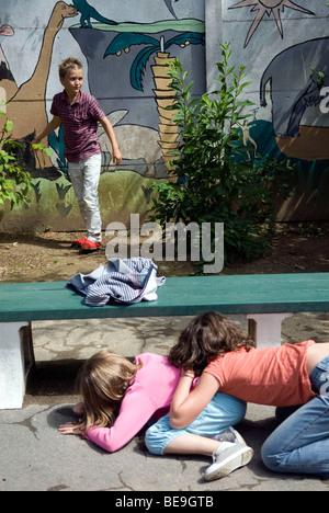 Les enfants jouent à cache-cache