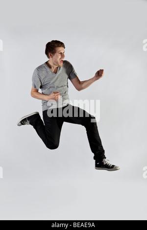 Un homme sautant en l'air une excitation Banque D'Images