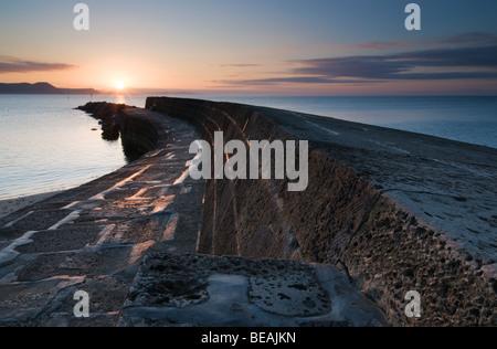 Le lever du soleil sur la Cobb à Lyme Regis Banque D'Images