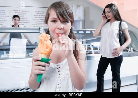 Fille de manger une glace Banque D'Images