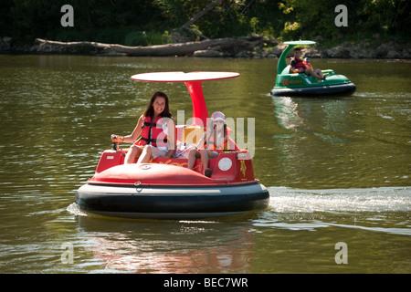 Une famille s'amusant en vol stationnaire des bateaux sur le Lot à Castelmoron, Aquitaine, France Banque D'Images