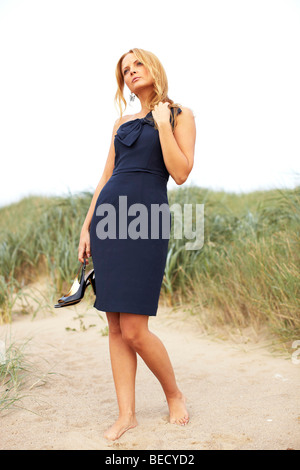 Woman walking on beach Banque D'Images