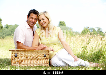 Young couple having picnic in countryside Banque D'Images
