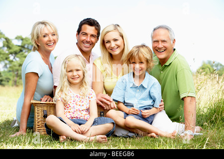 Family having picnic in countryside Banque D'Images