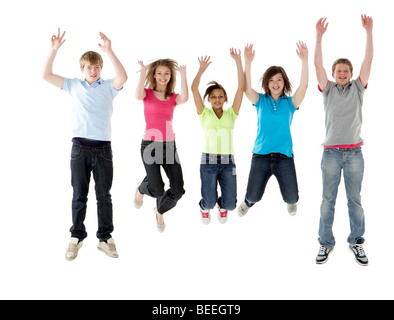 Groupe d'amis adolescents Jumping in Studio Banque D'Images