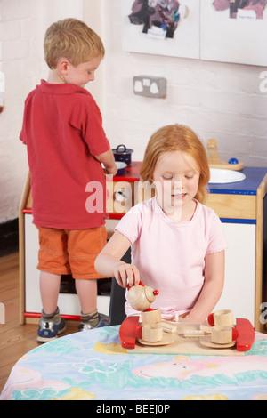 Deux jeunes enfants jouer ensemble à/Montessori Pre-School Banque D'Images