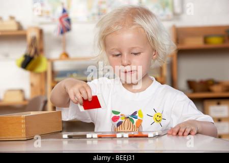 Aider les jeunes enfants à adultes/Montessori Pre-School Banque D'Images