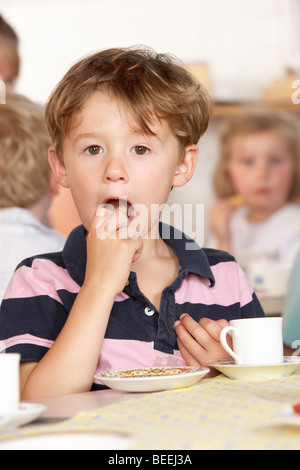 Des profils de jouer avec deux enfants au préscolaire/Montessori Banque D'Images
