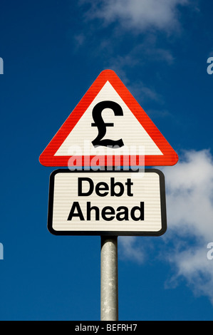 Concept numérique de la dette de l'avant avec la livre sterling symbole sur un panneau routier close up Banque D'Images