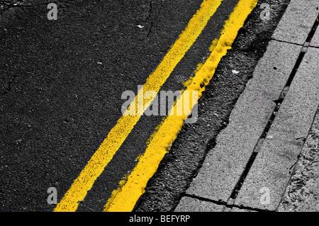 Les lignes jaunes double Banque D'Images