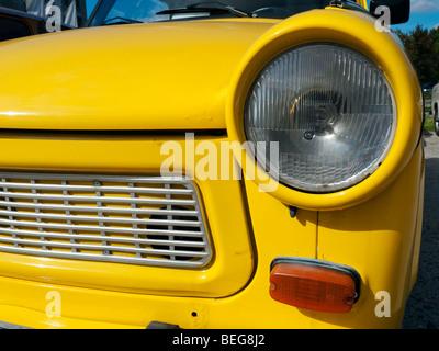 Ère de l'Allemagne de l'ancienne voiture Trabant jaune à Berlin Allemagne Banque D'Images