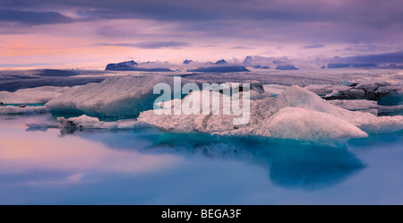 Lever du soleil sur le lac Glacier Jökulsárlón, Islande Banque D'Images