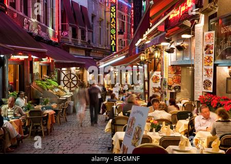 Restaurants touristiques le long de la Rue des Bouchers dans la nuit. Banque D'Images