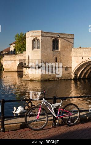 L'Angleterre, Cambridgeshire, St Ives, location enfermés près de pont en pierre historique et petite chapelle sur la rivière Great Ouse