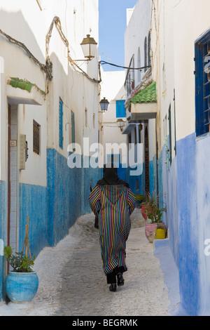 Femme dans une rue étroite Kasbah Oudaya Rabat Maroc Banque D'Images