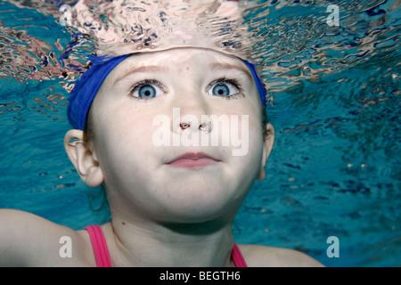 Portrait d'une jeune fille, sous l'eau Banque D'Images