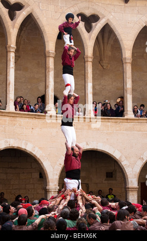 Castellers formant une pyramide humaine au cours de festival dans le château de Bellver Palma Majorque Banque D'Images