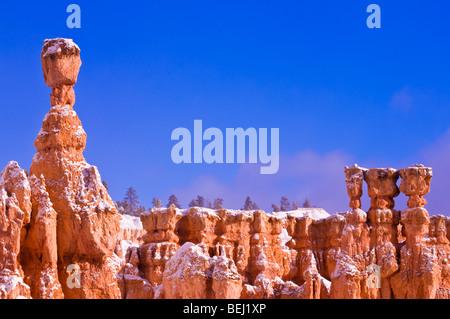 Matin léger et frais en poudre sur le marteau de Thor et cheminées ci-dessous Point Sunrise, Bryce Canyon National Banque D'Images