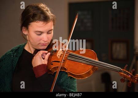 La Norvège église Selbu Trondheimsolistene musicien orchestre de chambre à cordes violon violoniste joueur Banque D'Images
