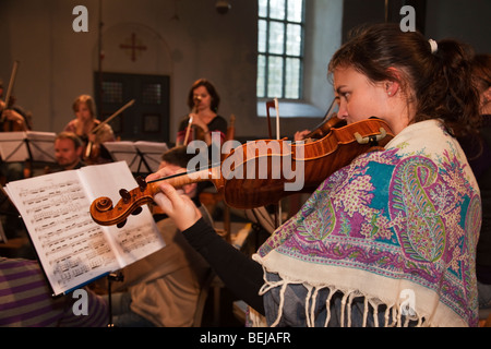 Musicien de l'orchestre de chambre de Trondheimsolistene violonistes cordes violon église Norvège Selbu session Banque D'Images