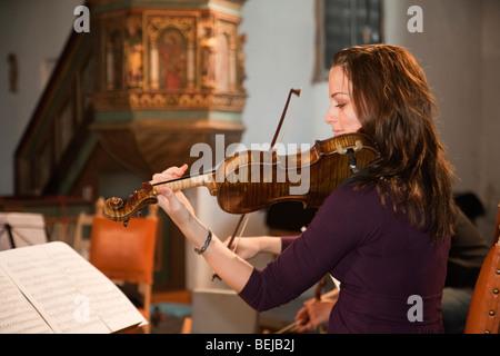 La Norvège Selbu Trondheimsolistene église violoniste musicien orchestre de chambre string player Banque D'Images