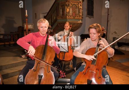 La Norvège église Selbu Trondheimsolistene Musiciens orchestre de chambre à cordes violoncelle violoncellistes Banque D'Images